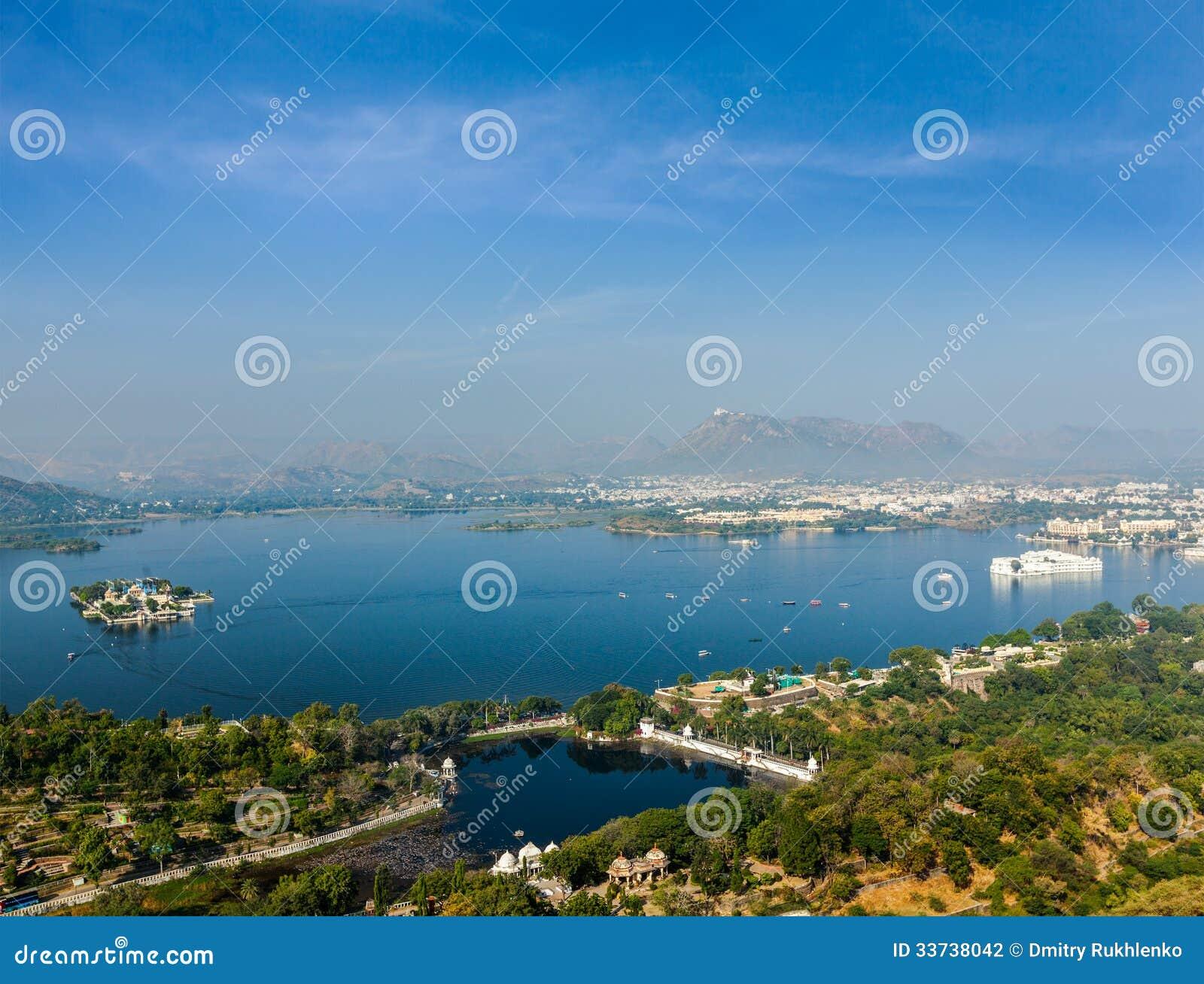 Вид с воздуха озера Pichola с дворцом озера (Jag Niwas) и Jag