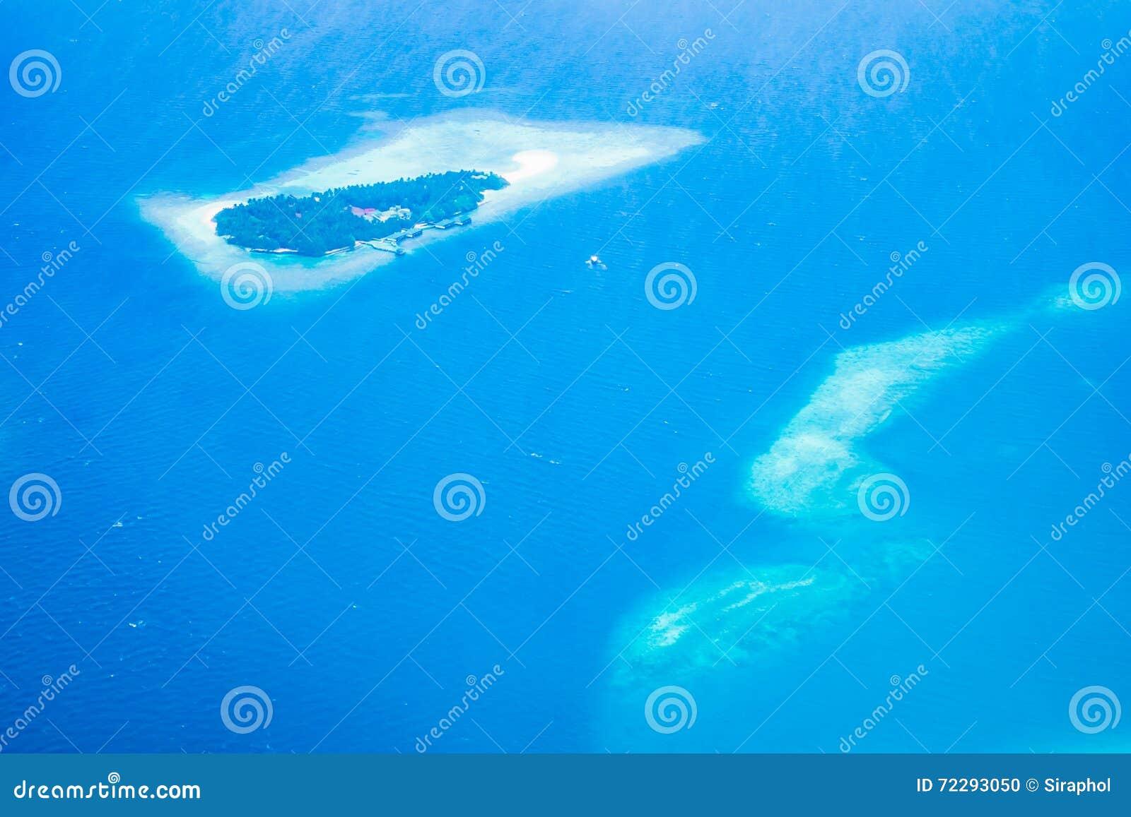 Download Вид с воздуха острова Мальдивов Стоковое Фото - изображение насчитывающей курорт, дел: 72293050