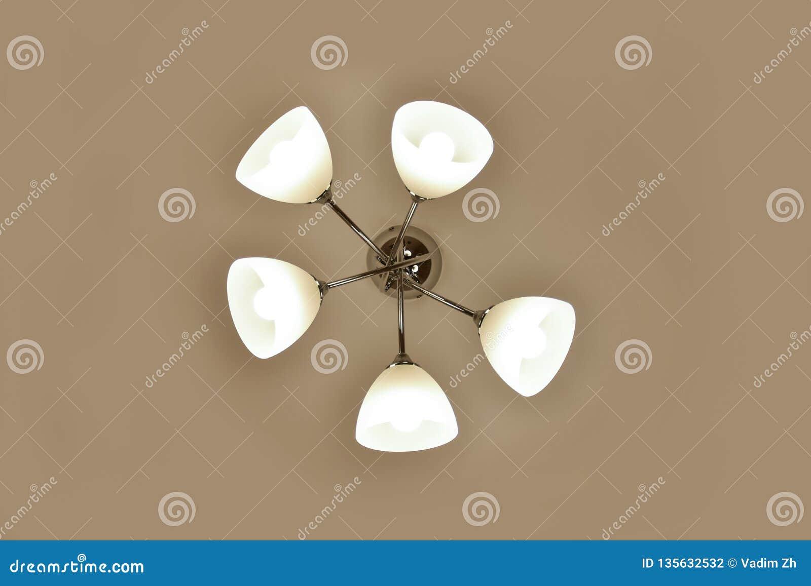 Включенное освещение на люстре вися на потолке