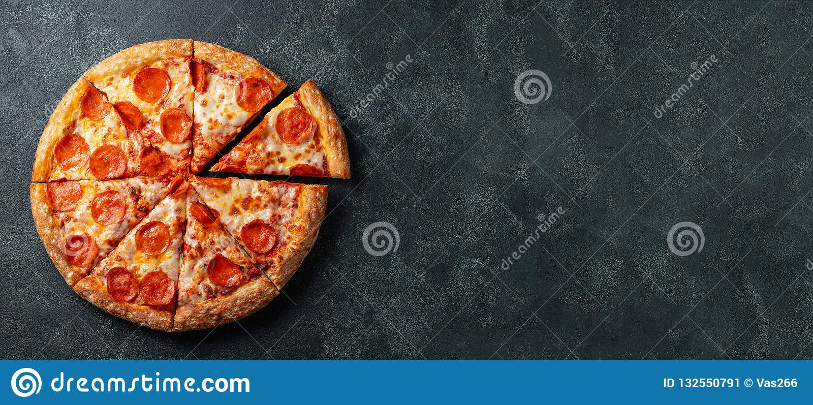 Вкусная пицца pepperoni и варить базилик томатов ингридиентов на черной конкретной предпосылке Взгляд сверху горячей пиццы pepper