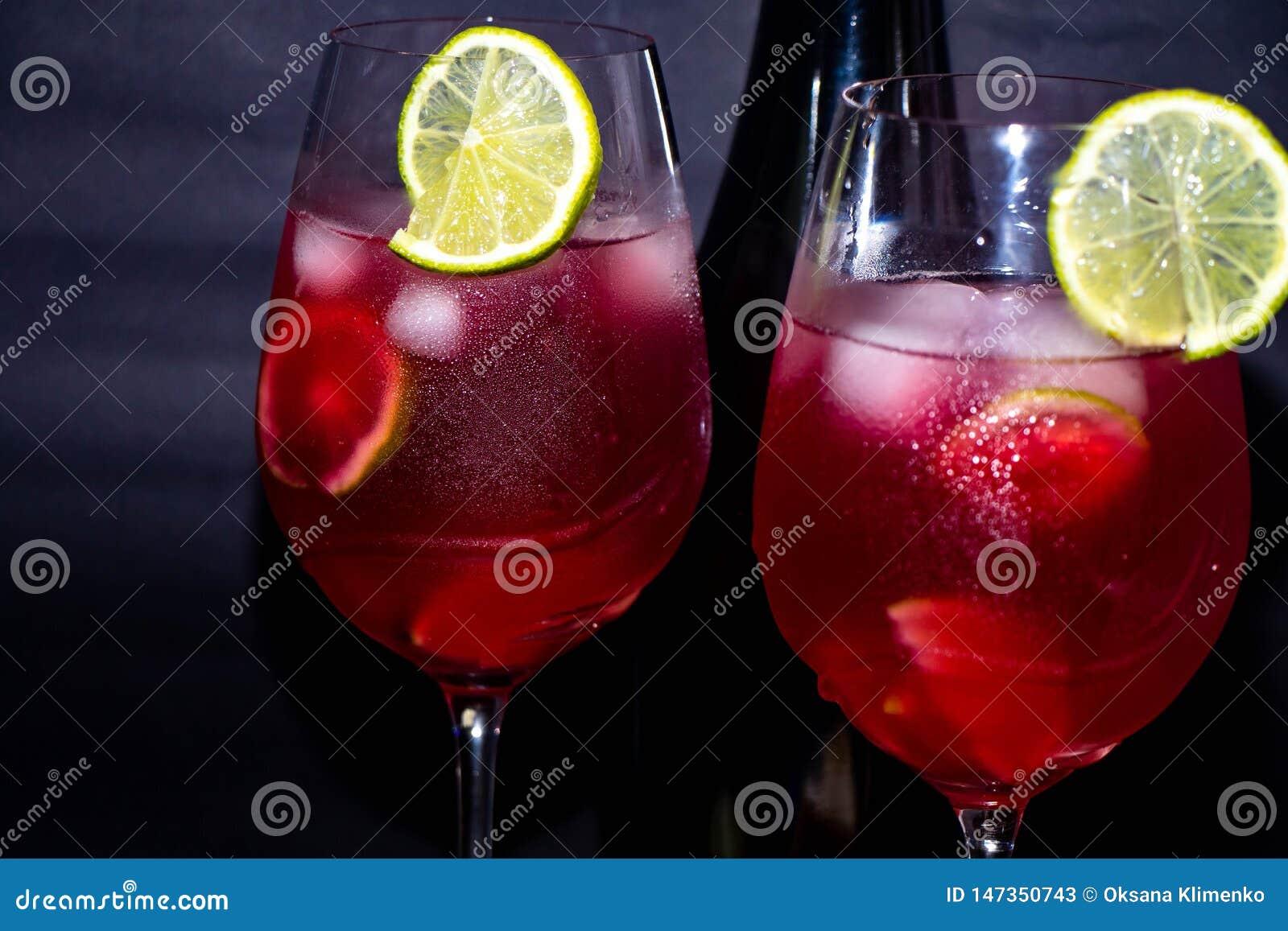 Вкусное, красное шампанское в стеклах