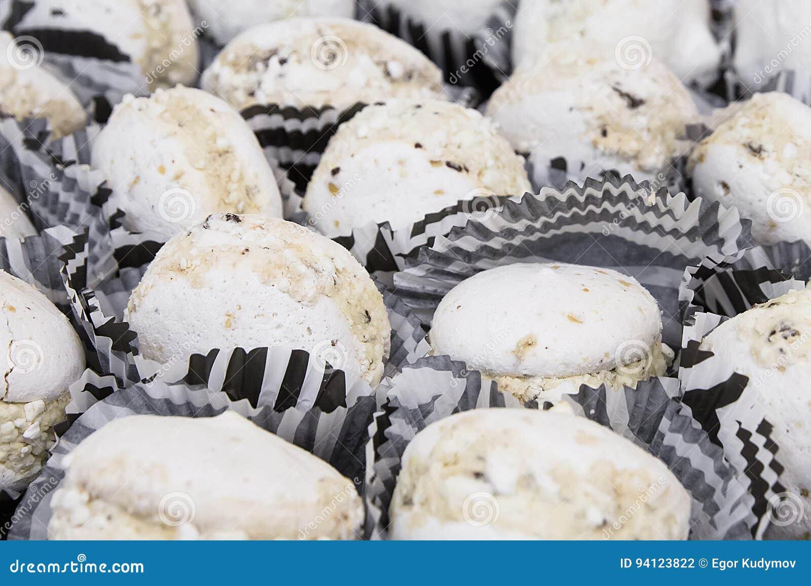 Вкусные белые macaroons на таблице