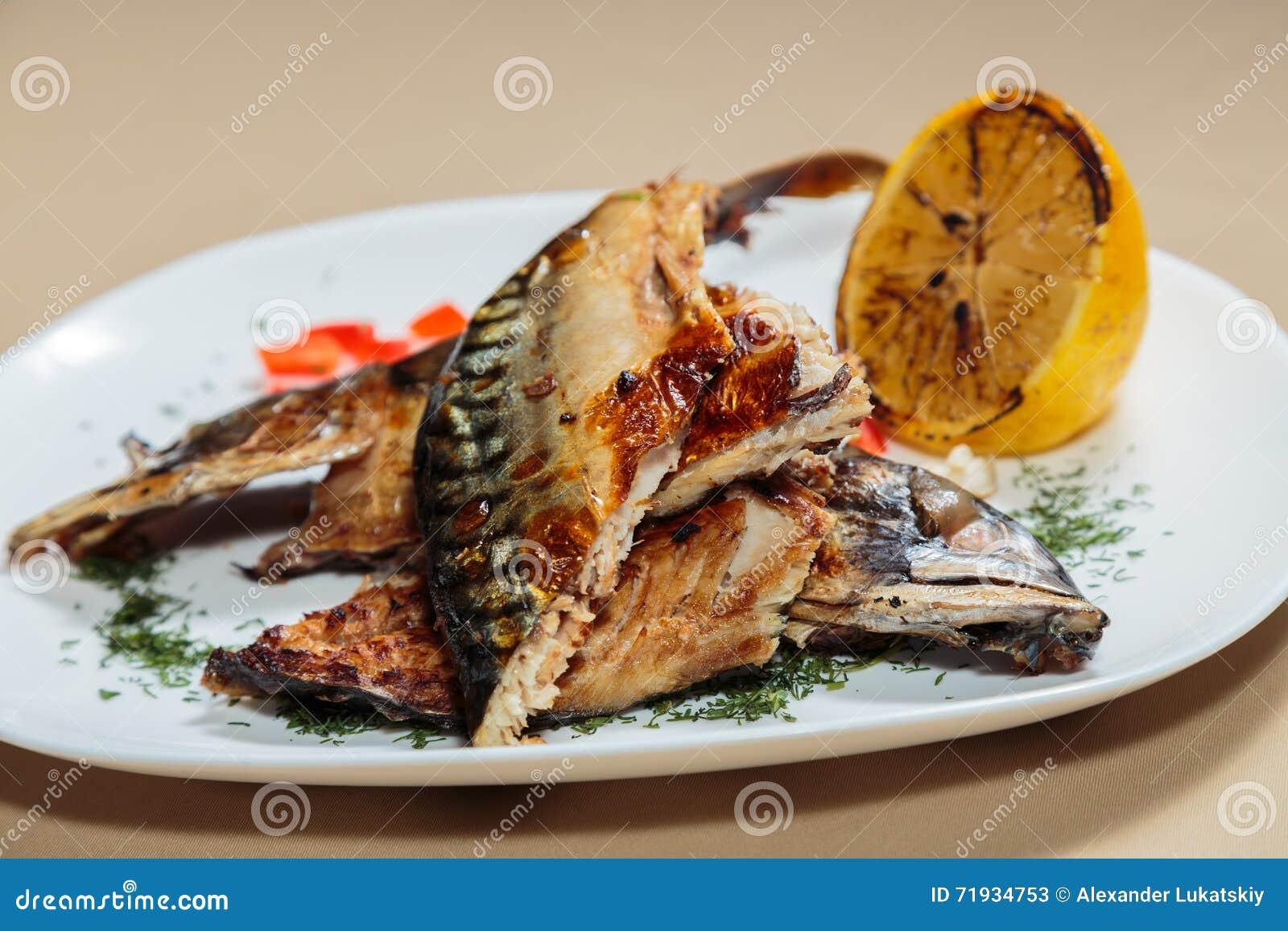 Вкусные закуски мяса на белой плите