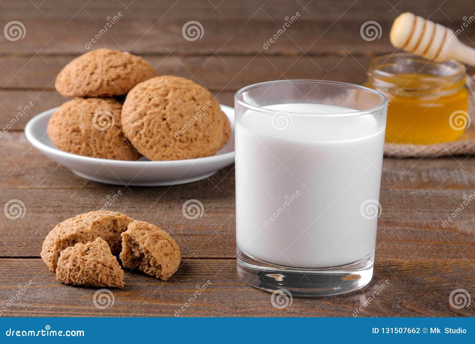 Вкусные печенья овсяной каши с медом и молоком на салфетке на коричневом деревянном столе