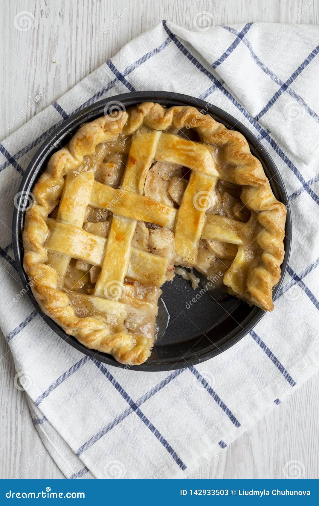 Вкусный домодельный яблочный пирог готовый для еды, надземный взгляд Плоское положение, взгляд сверху, сверху closeup