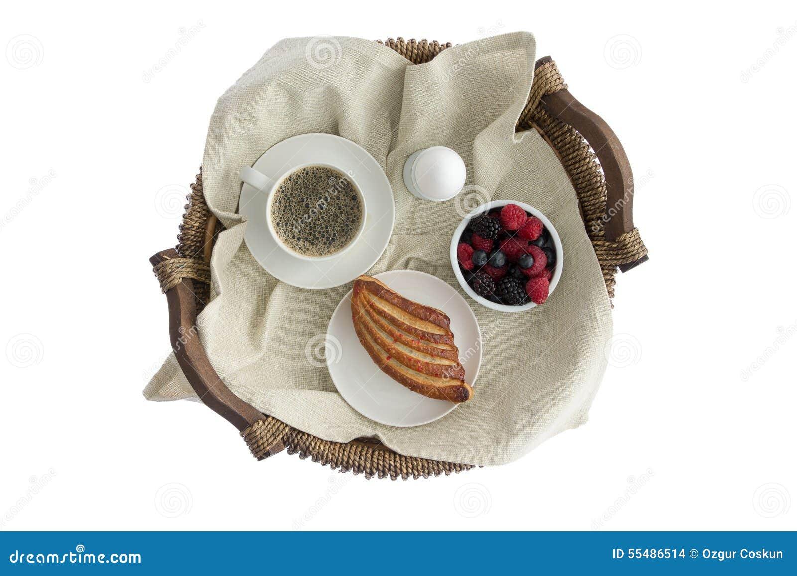 Вкусный завтрак для одного на деревенском плетеном подносе