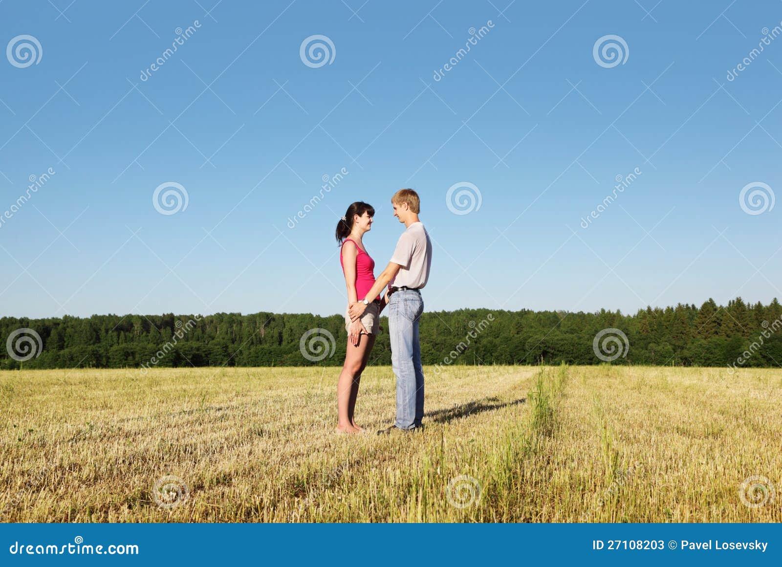 Муж жена и морковка на природе, девушка в очках дала в попу