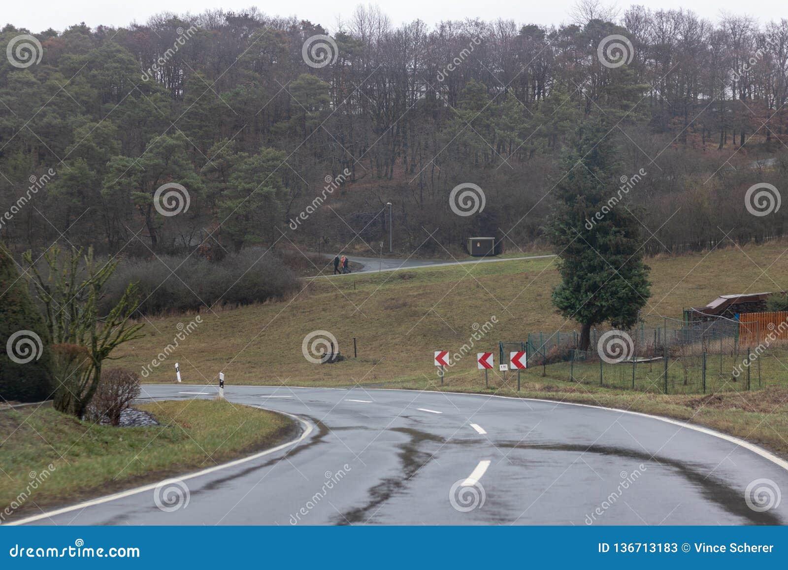 Влажная дорога горы в зиме