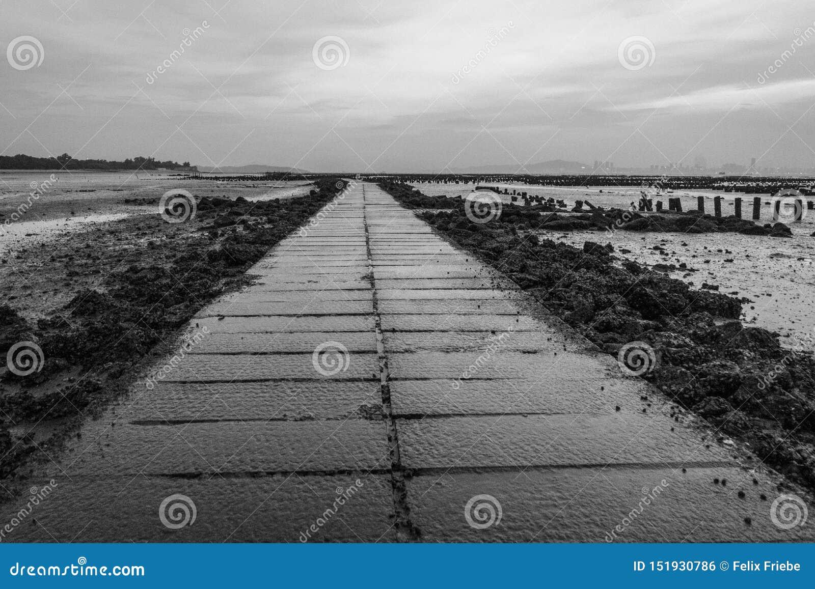 Влажная дорожка на пляже в Beishan на острове Kinmen, Тайване