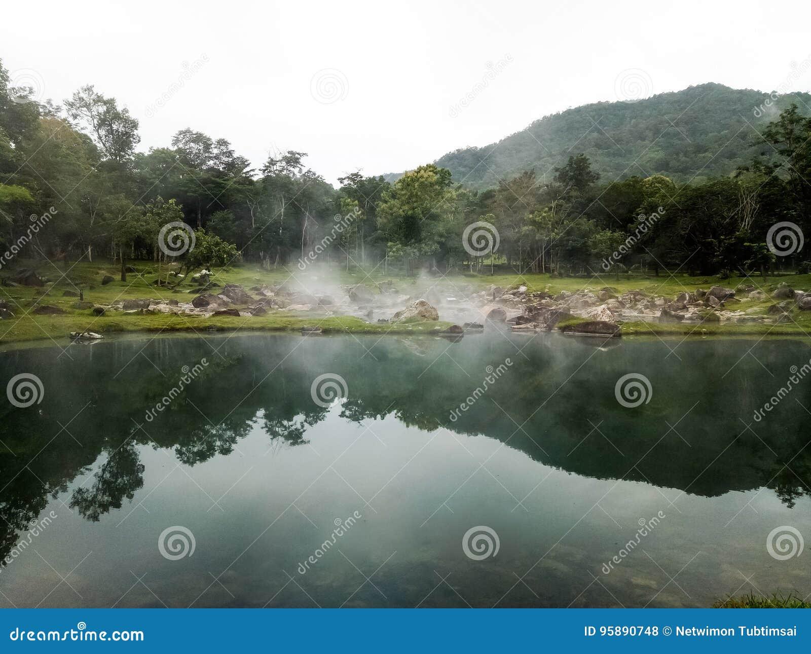 Внешние горячие источники в Lampang в северном Таиланде
