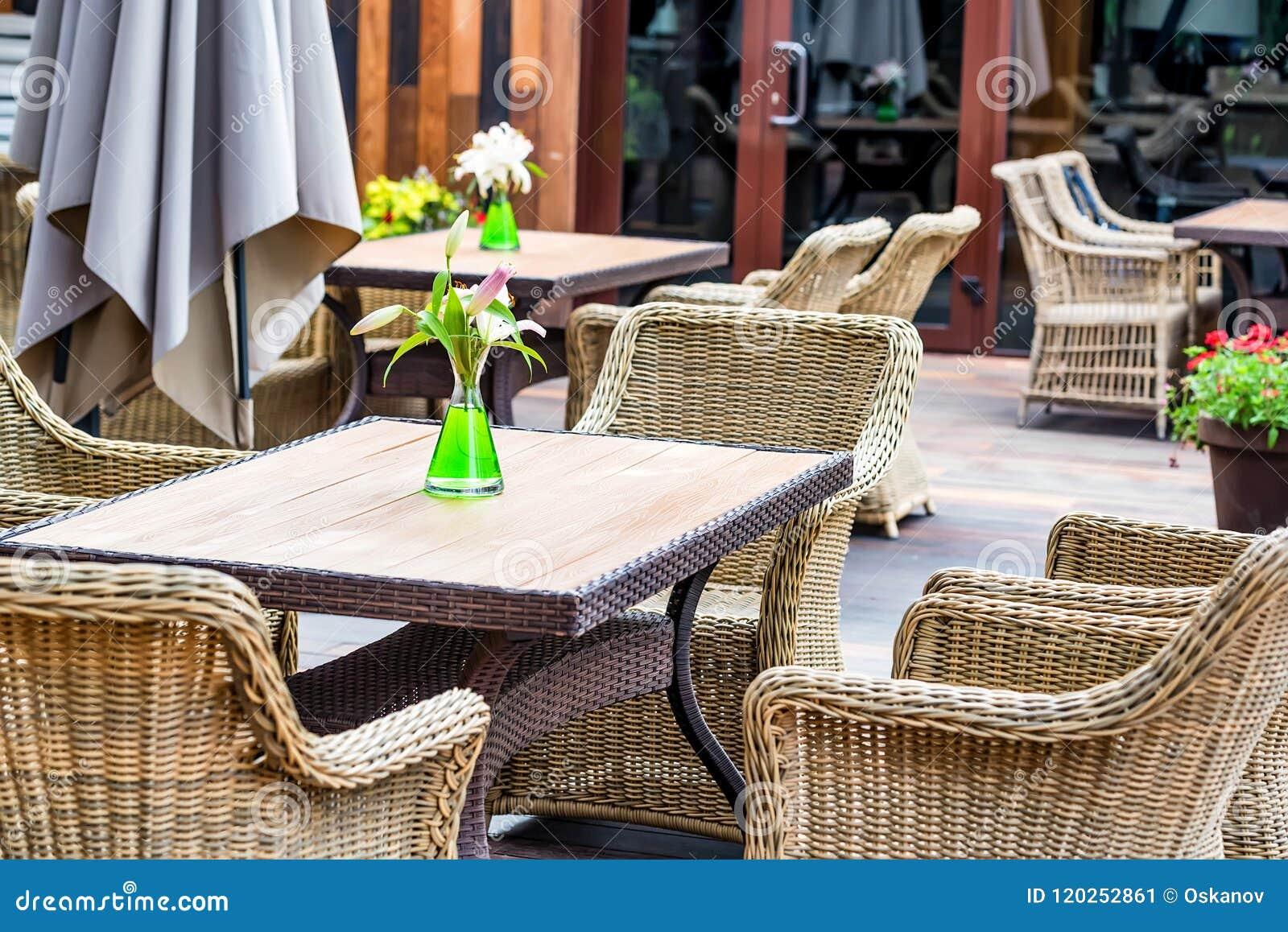 Внешний интерьер ресторана с плетеными стульями