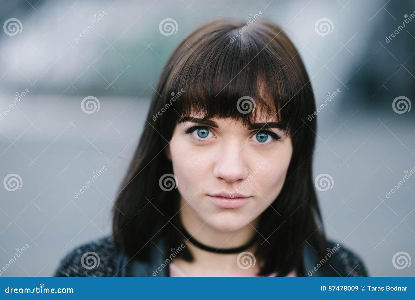 Внешний портрет молодого стильного брюнет девушки с голубыми глазами и большими душевными глазами красивыми