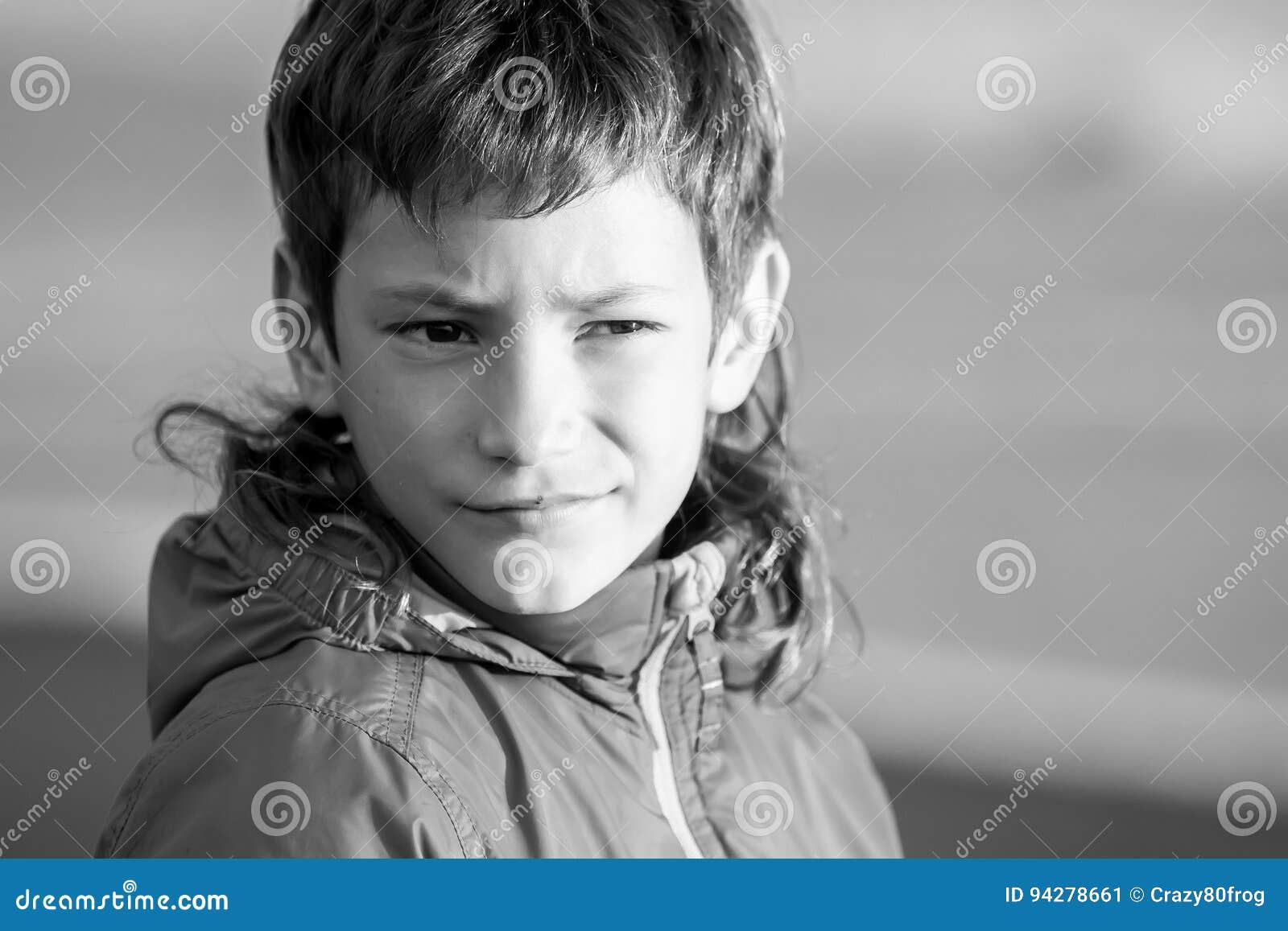 Внешний портрет молодого счастливого усмехаясь предназначенного для подростков мальчика на внешнем natu