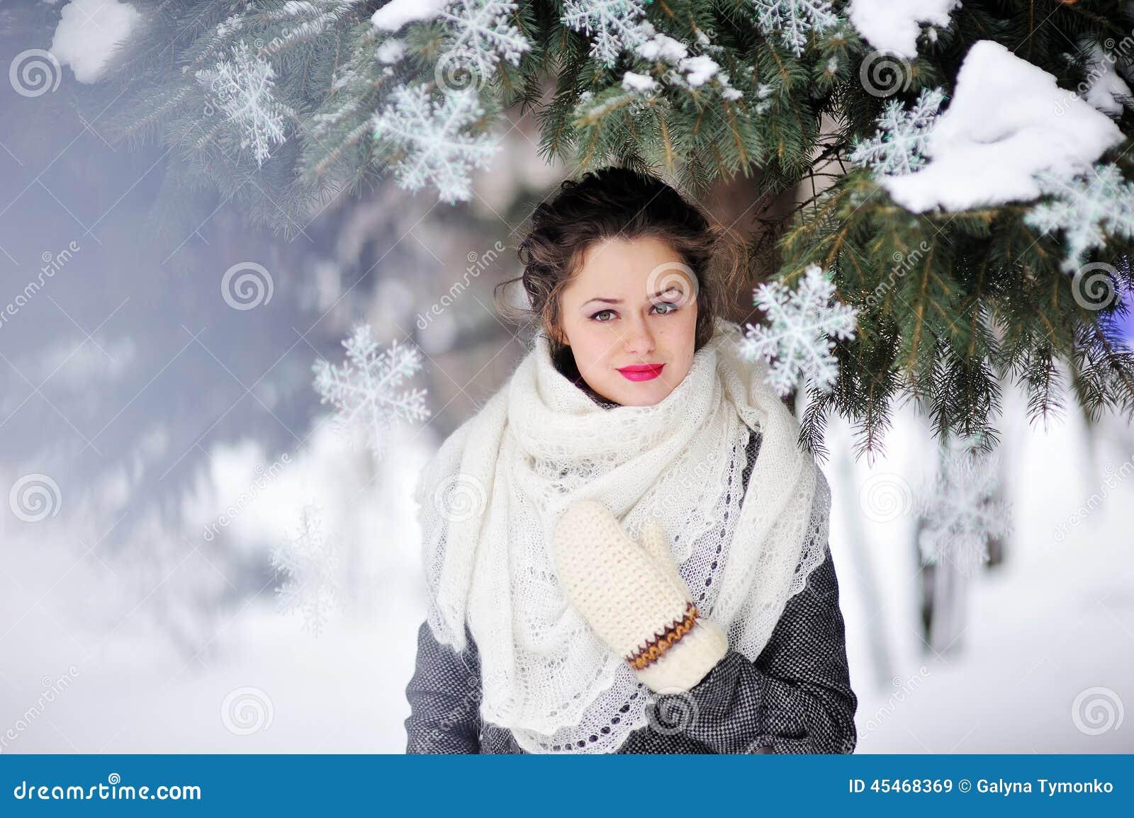 Внешний портрет моды милой маленькой девочки в зиме