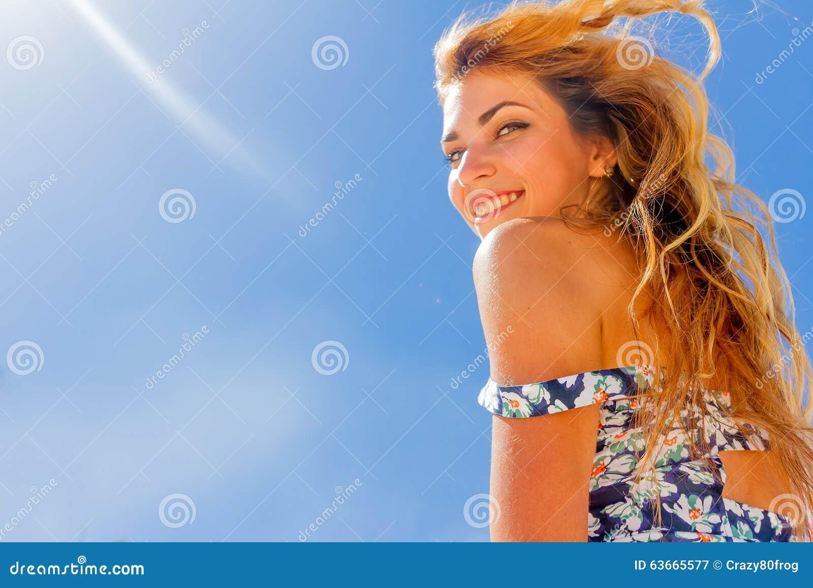 Внешний портрет наслаждаться женщины детенышей усмехаясь красивый солнечный
