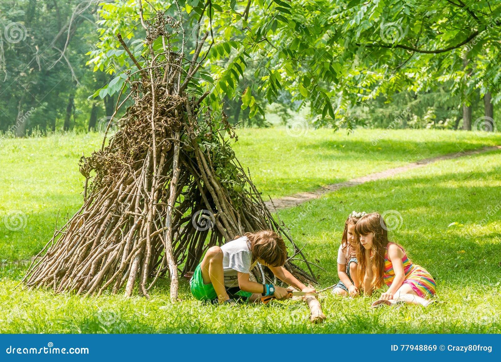 Внешний портрет 3 счастливых детей - мальчик и девушки - играть n