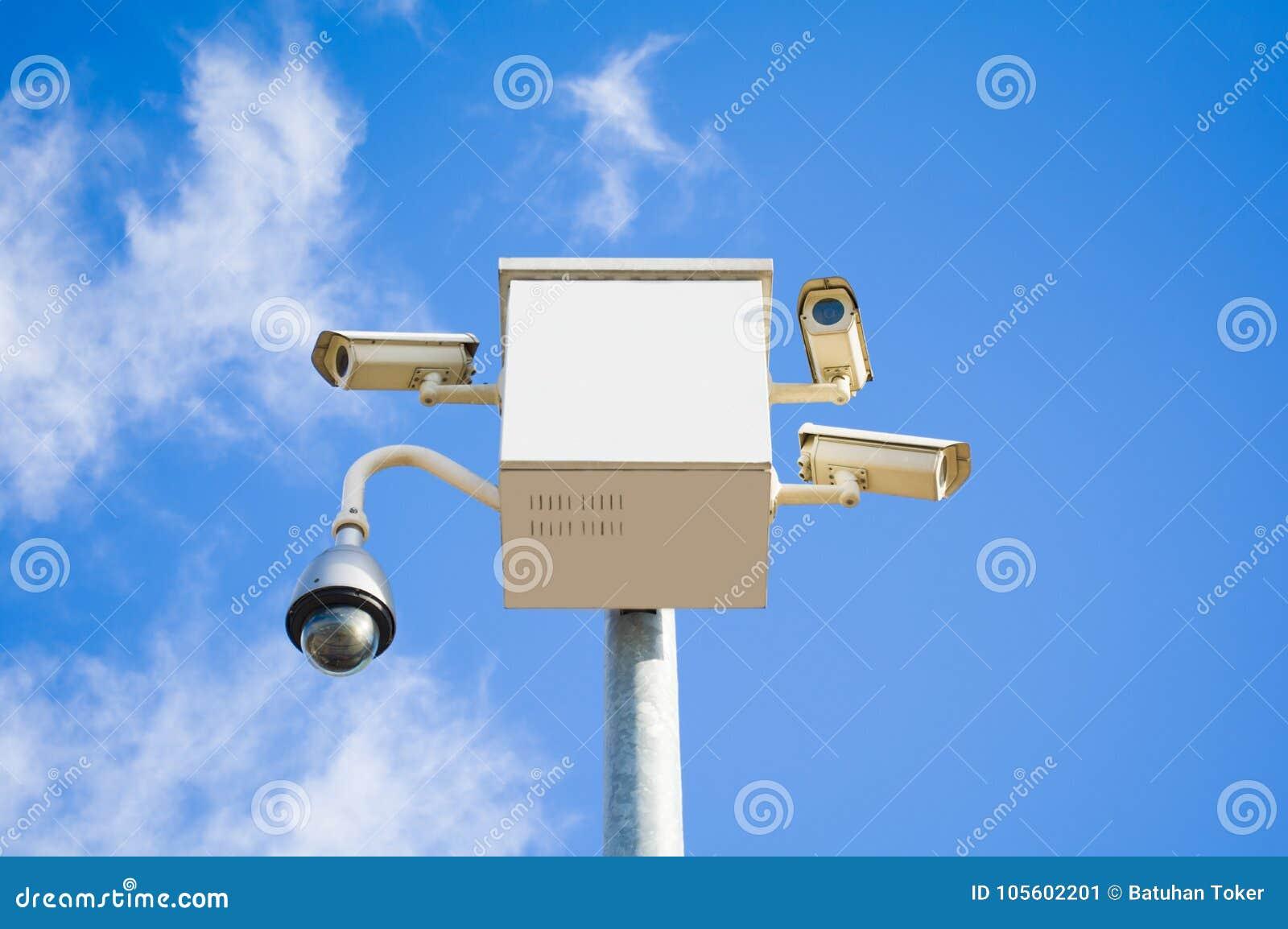 4 внешних камеры слежения покрывают множественные углы на голубом небе