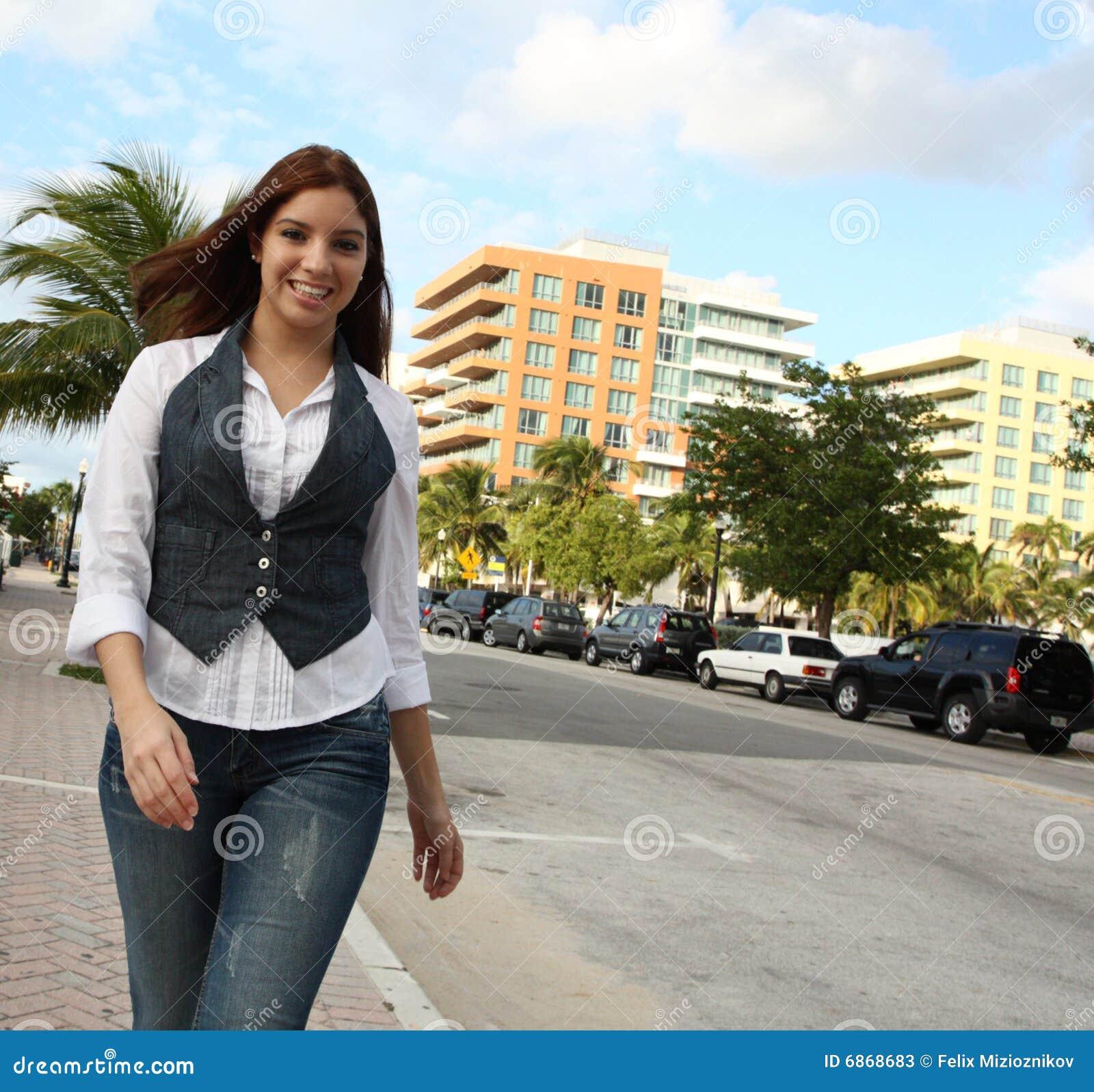 вниз женщина улицы гуляя