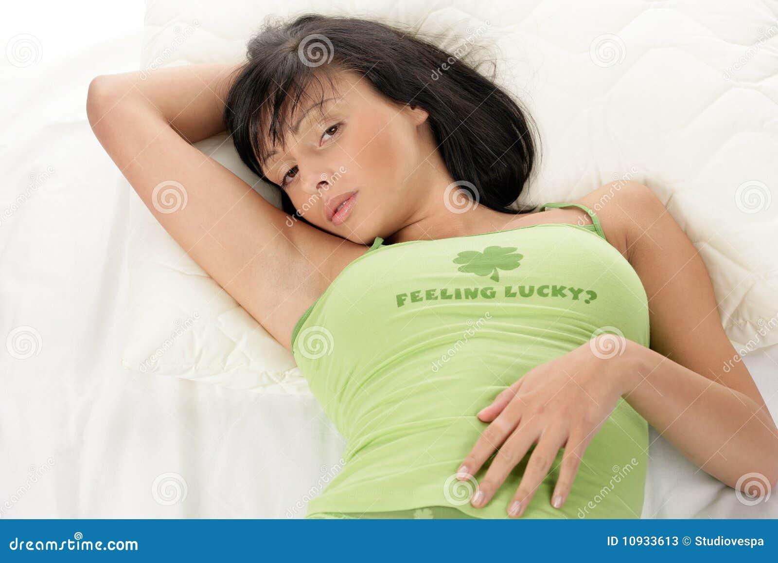 вниз лежа отдыхая женщина