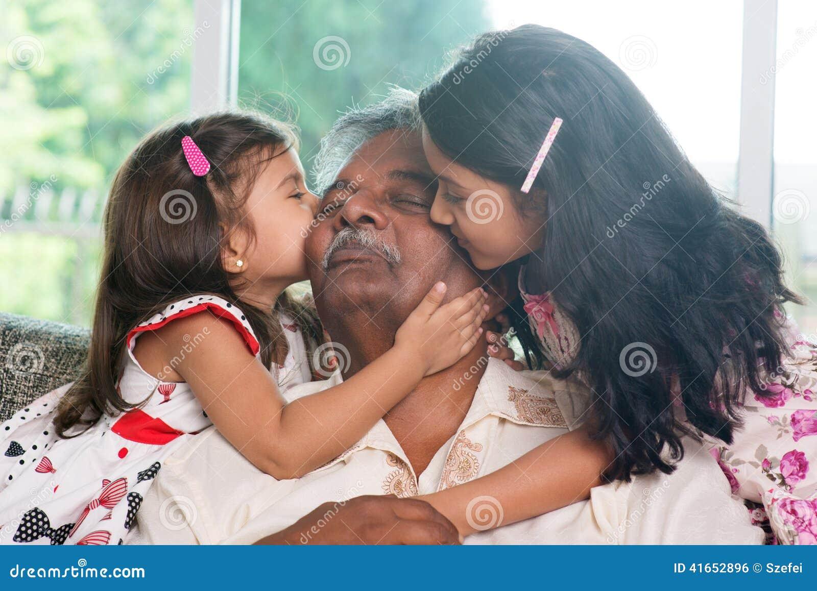 Внуки целуя деда