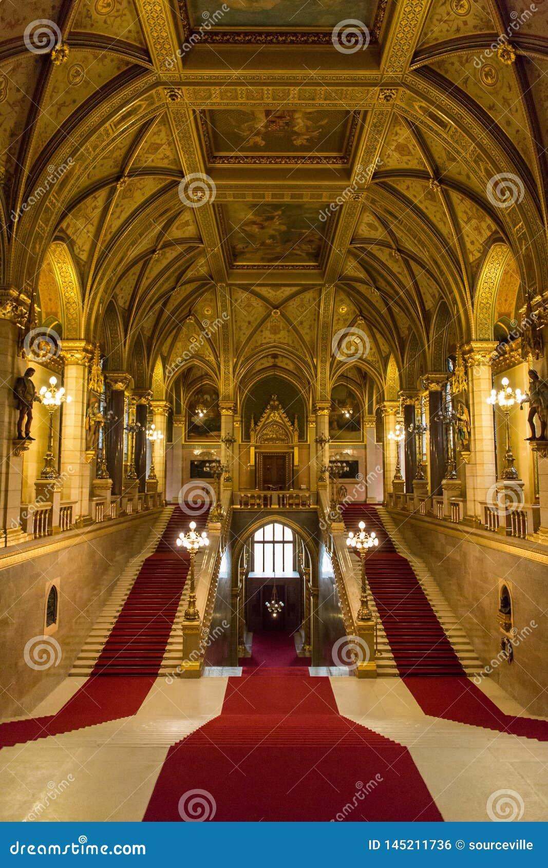 Внутренний взгляд главной лестницы венгерского здания парламента в Б