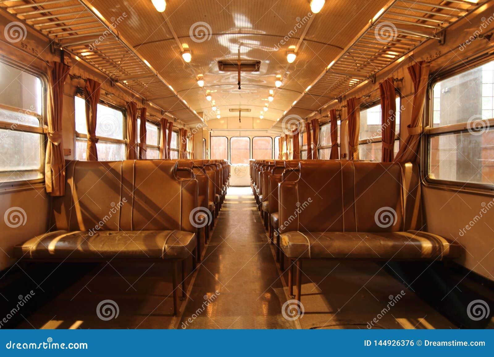 Внутренний железнодорожный экипаж пассажира, без пассажиров