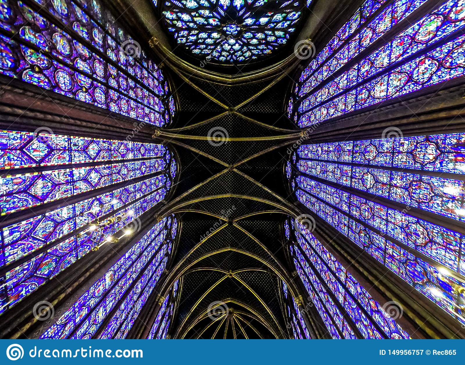 Внутренний известный Святой Chapelle, детали красивой стеклянной мозаики Windows