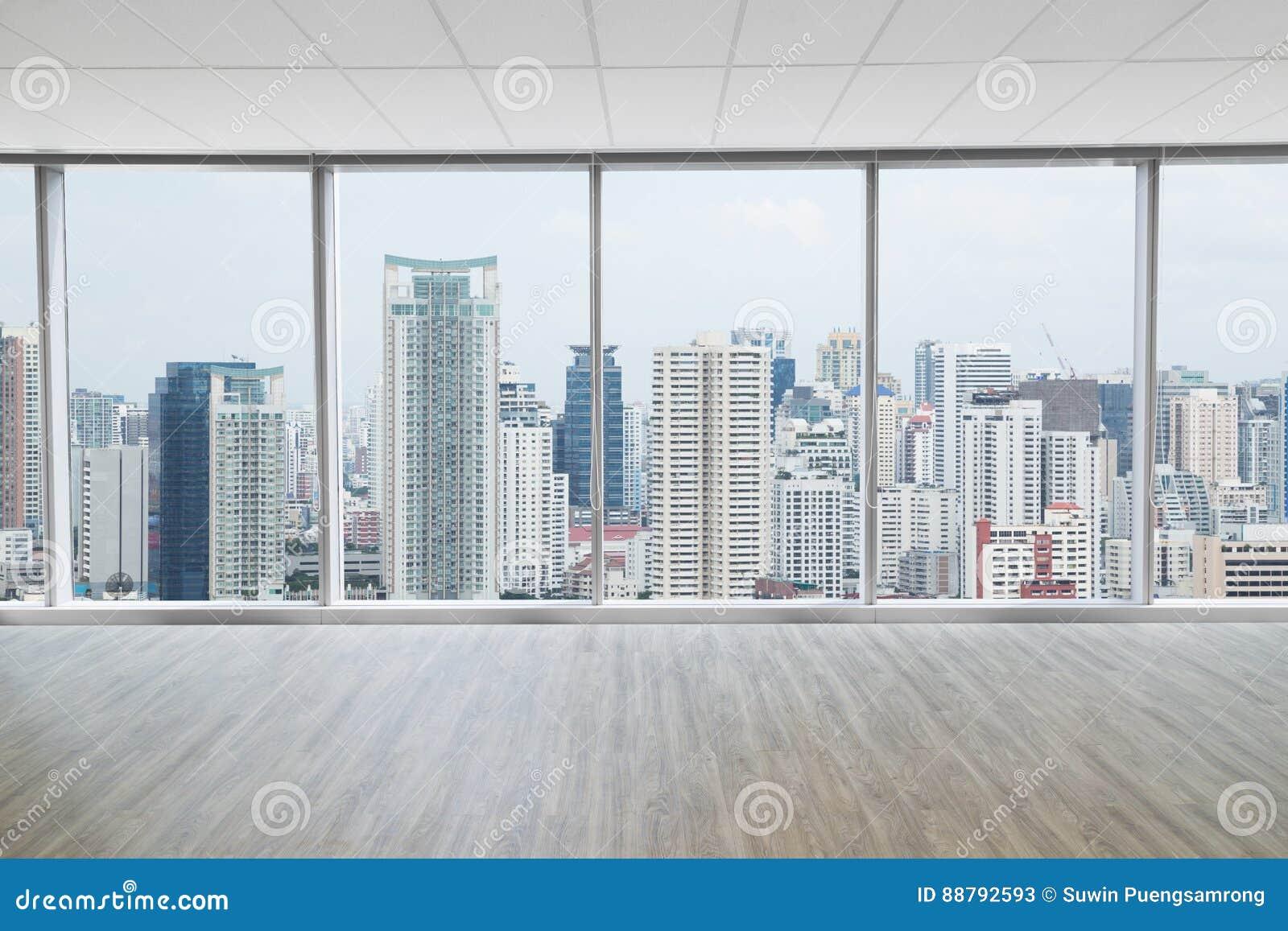 Внутренний космос современного пустого офиса с предпосылкой вида на город