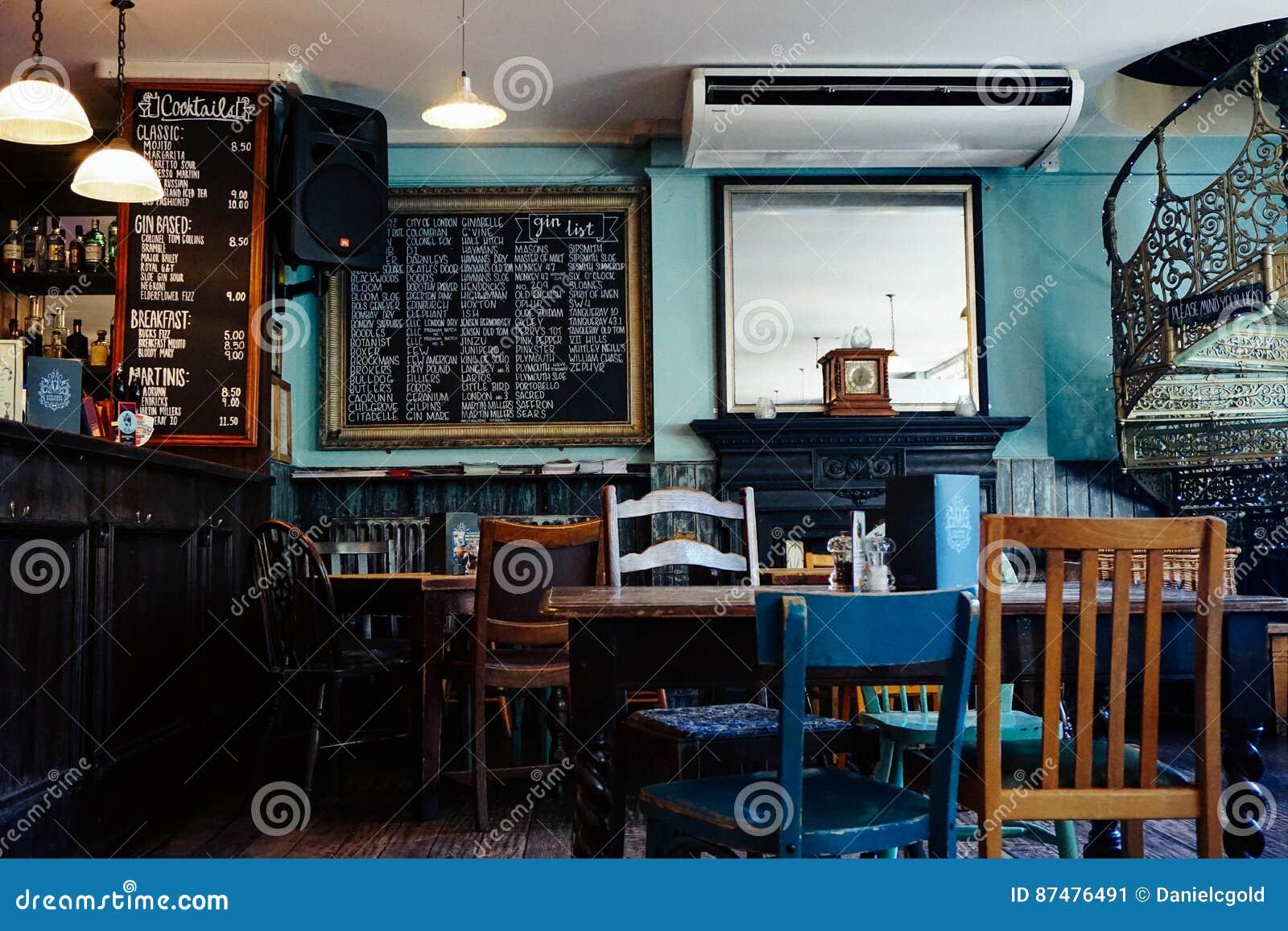 Внутри бара в Англии