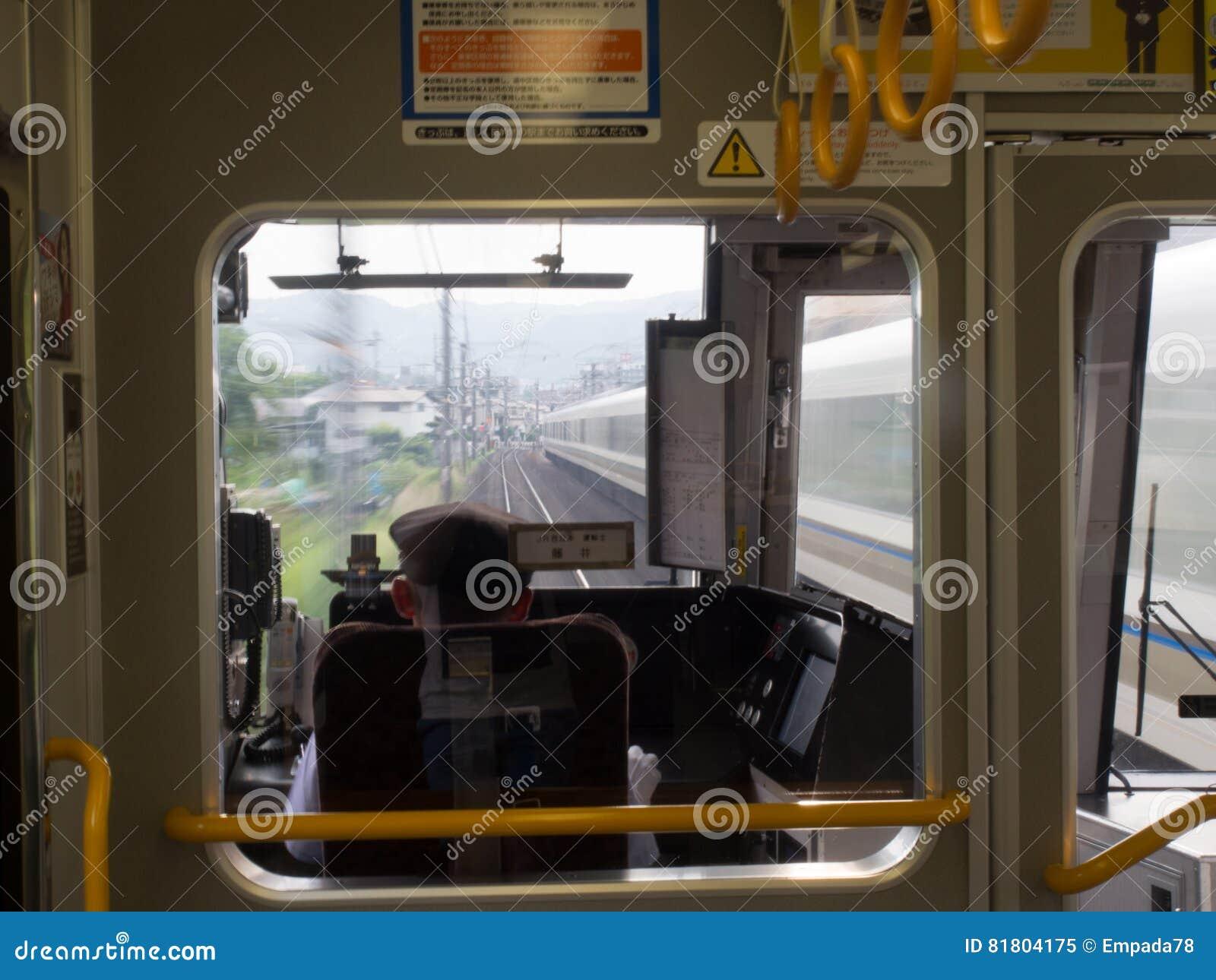 Внутри быстро проходя поезда МЛАДШЕГО в токио, Япония
