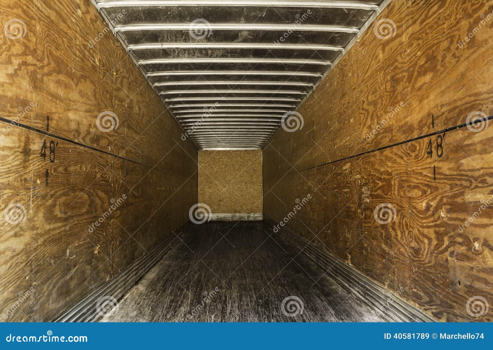 Внутри пустого старого трейлера