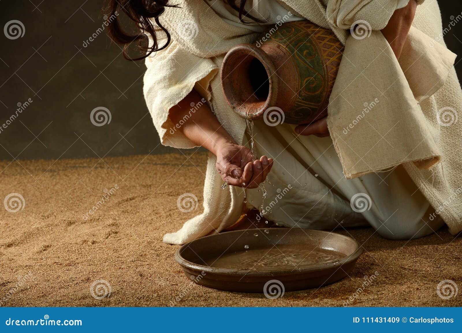Вода Иисуса лить от опарника