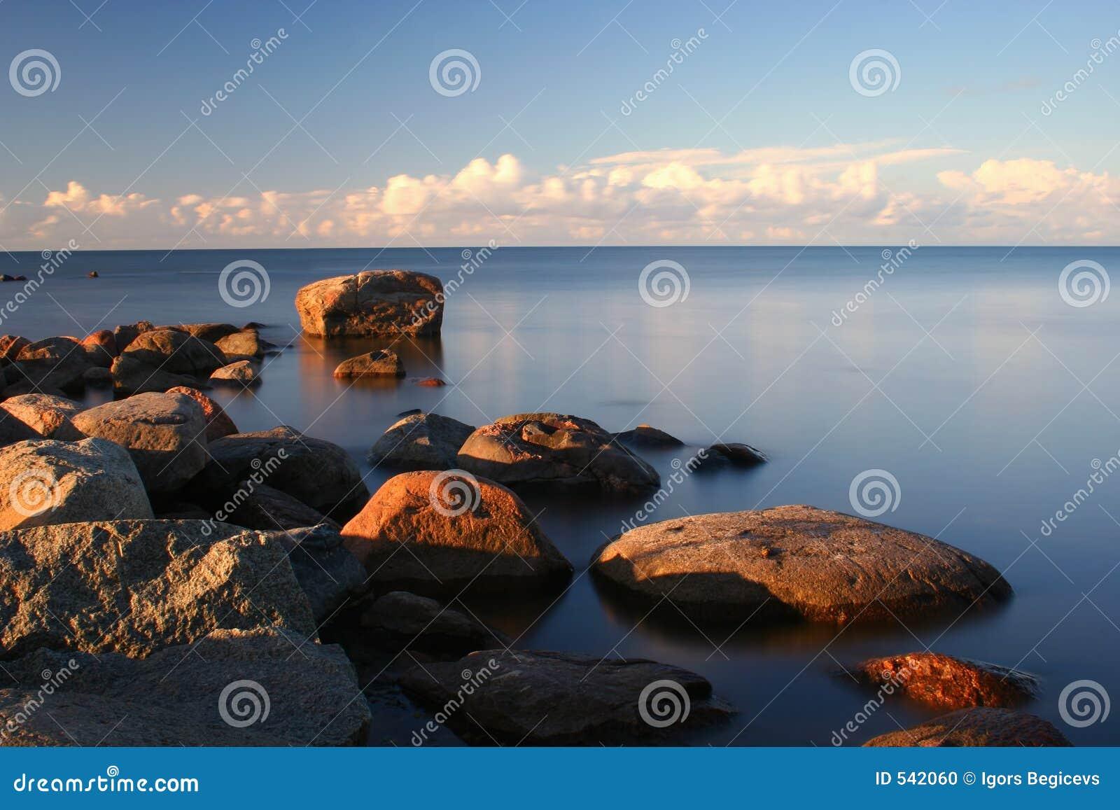 вода камней