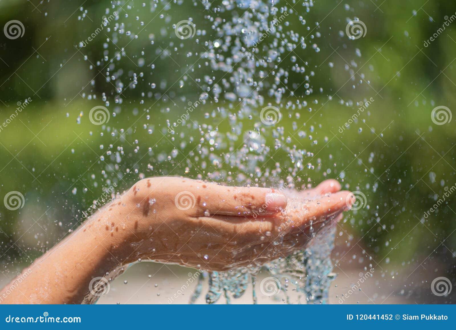 Вода лить в руках ` s женщины