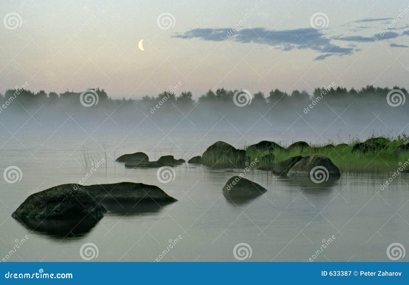 Download вода луны ландшафта тумана вечера Стоковое Изображение - изображение насчитывающей июнь, воссоздание: 633387