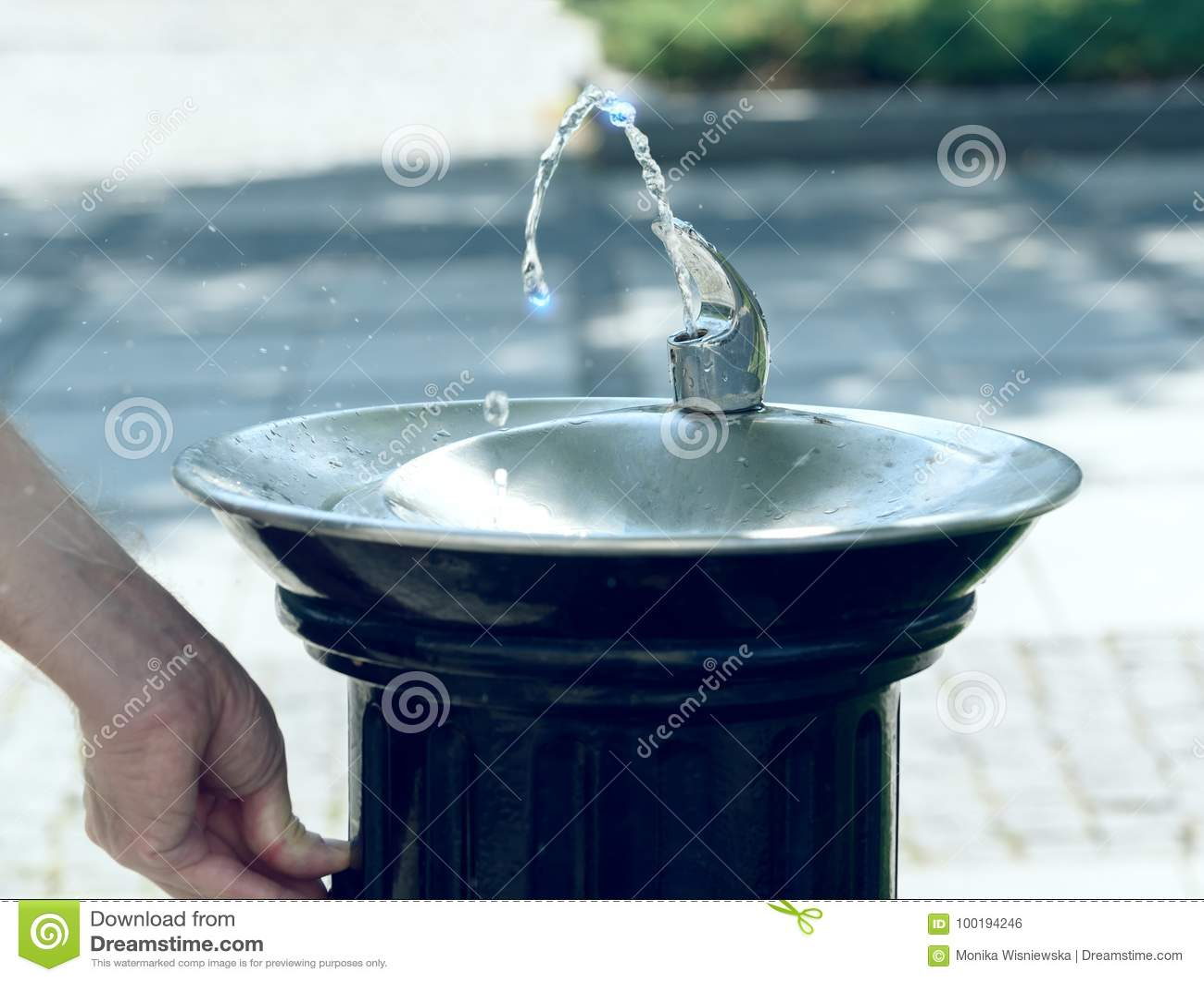 Вода пропуская от фонтана