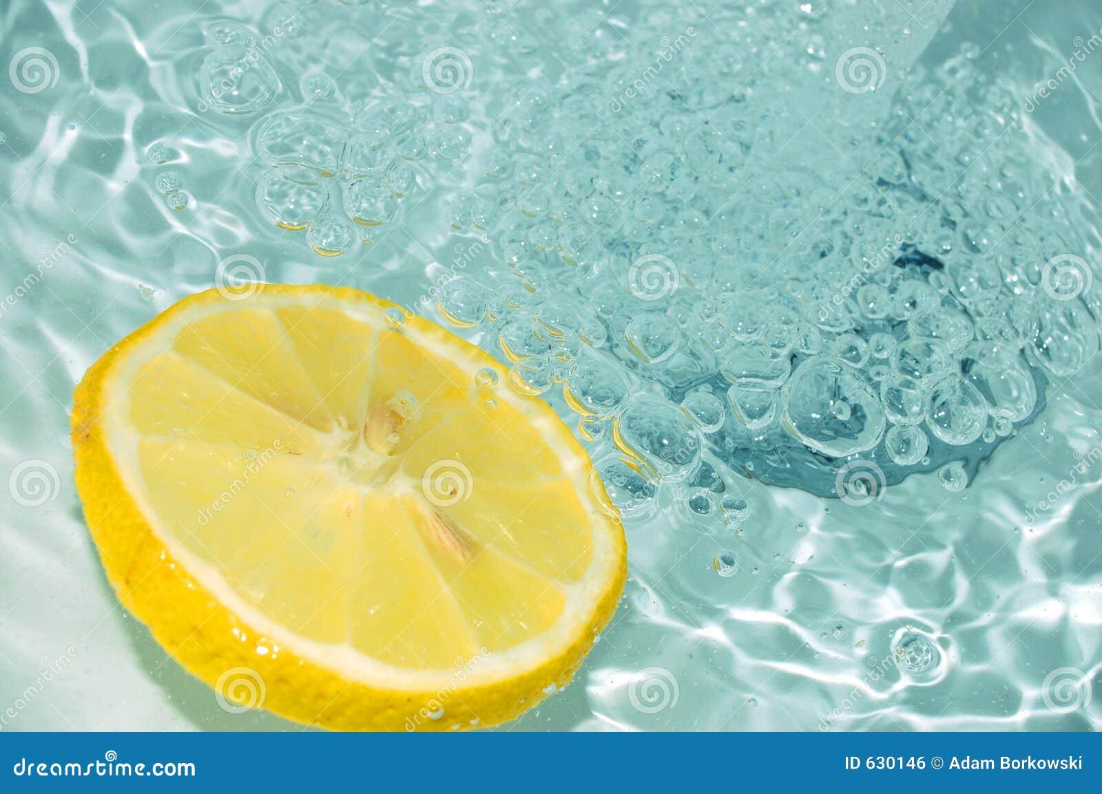 Download вода 2 лимонов стоковое фото. изображение насчитывающей еда - 630146