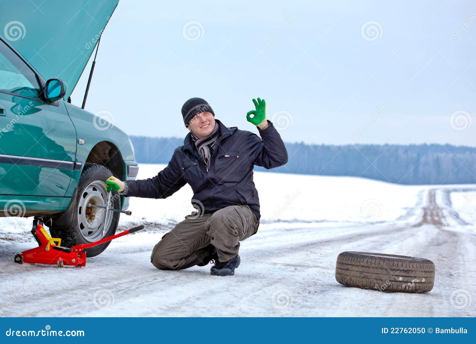 водитель автомобиля ремонтируя дорогу