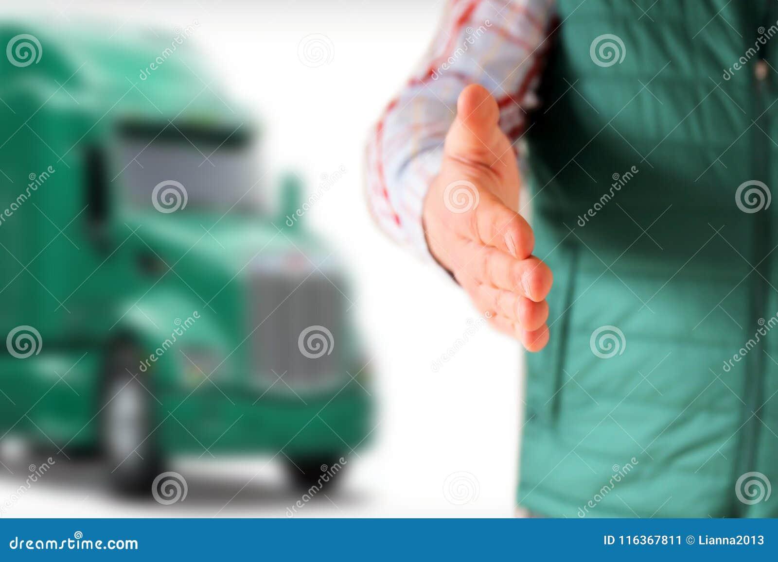 Водитель с открытым приветствием руки Зеленая тележка за им
