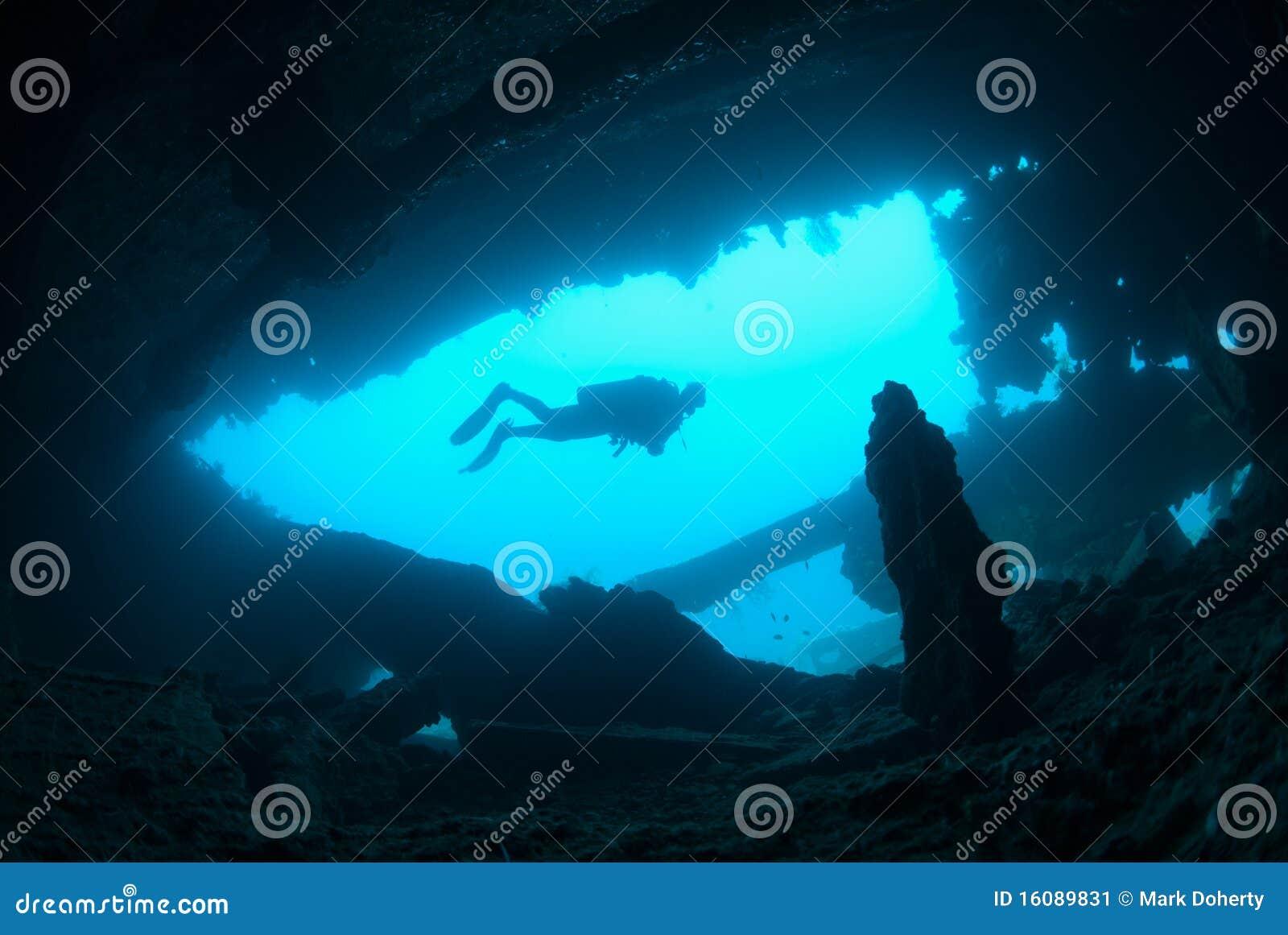 водолаз исследуя женскую развалину корабля скуба