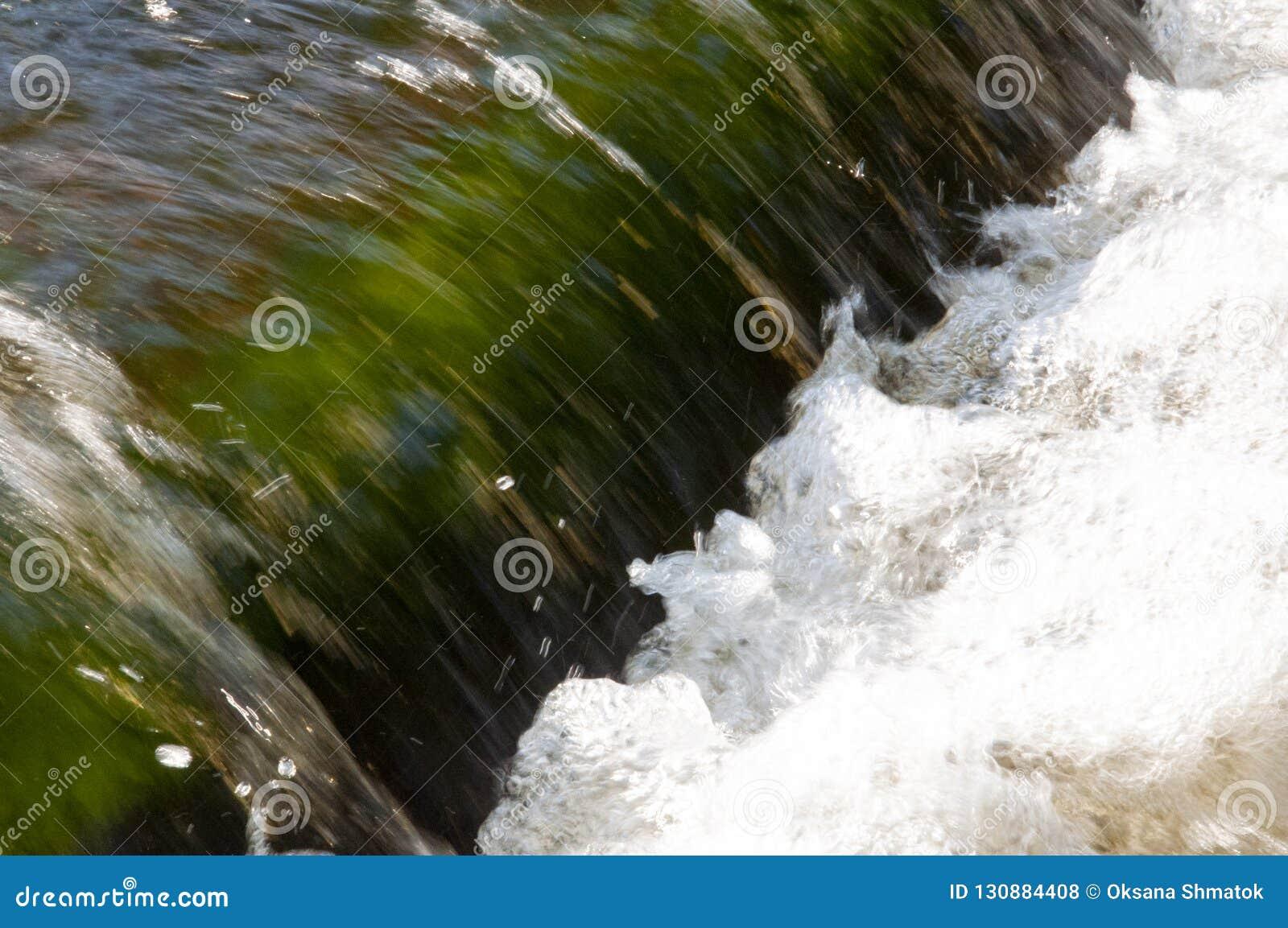 Водопады в лете Ясность и свежая вода падают вниз Подкраски зеленого и белого Fotography сделало с длинной врем-выдержкой