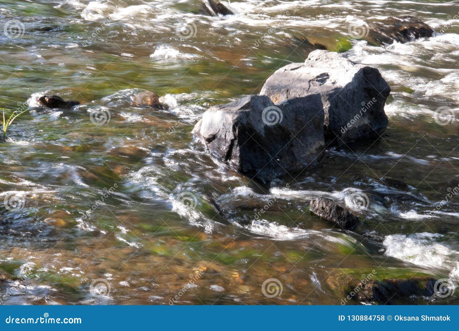 Водопады в лете Ясность и свежая вода падают вниз Подкраски зеленого, голубого и белого Серые камни внутрь Fotogr