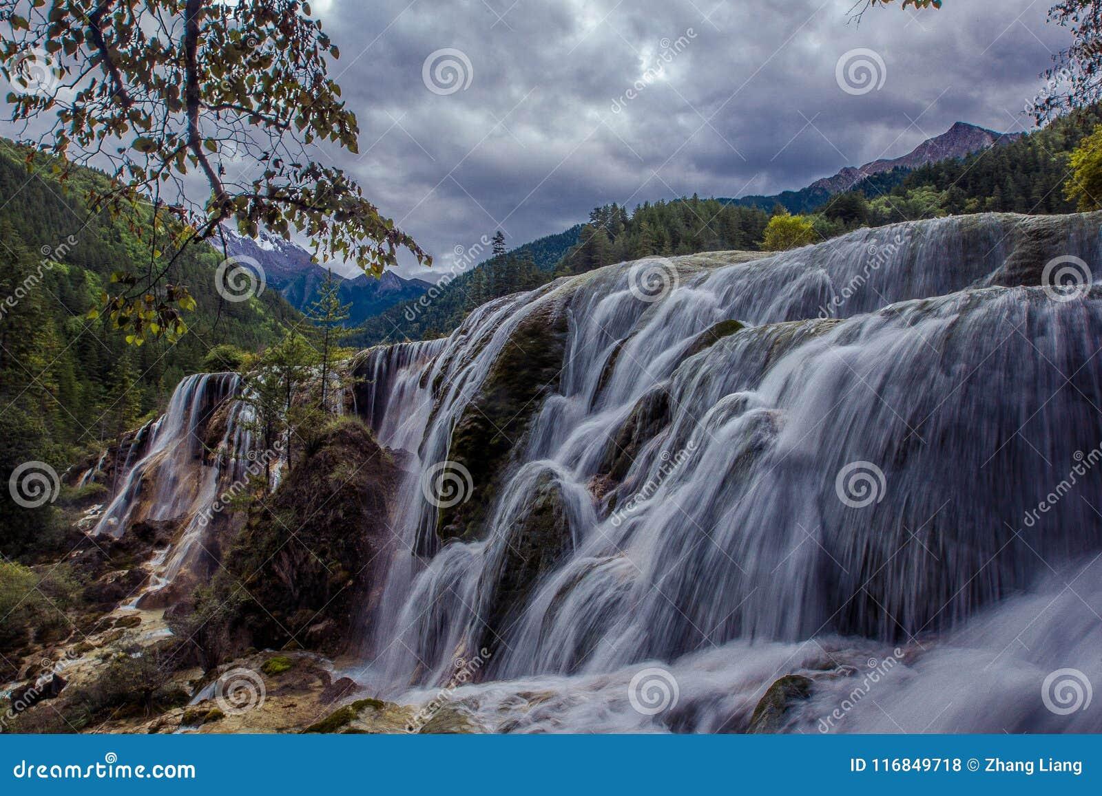 Водопады в Jiuzhaigou Valley, Сычуань, Китае