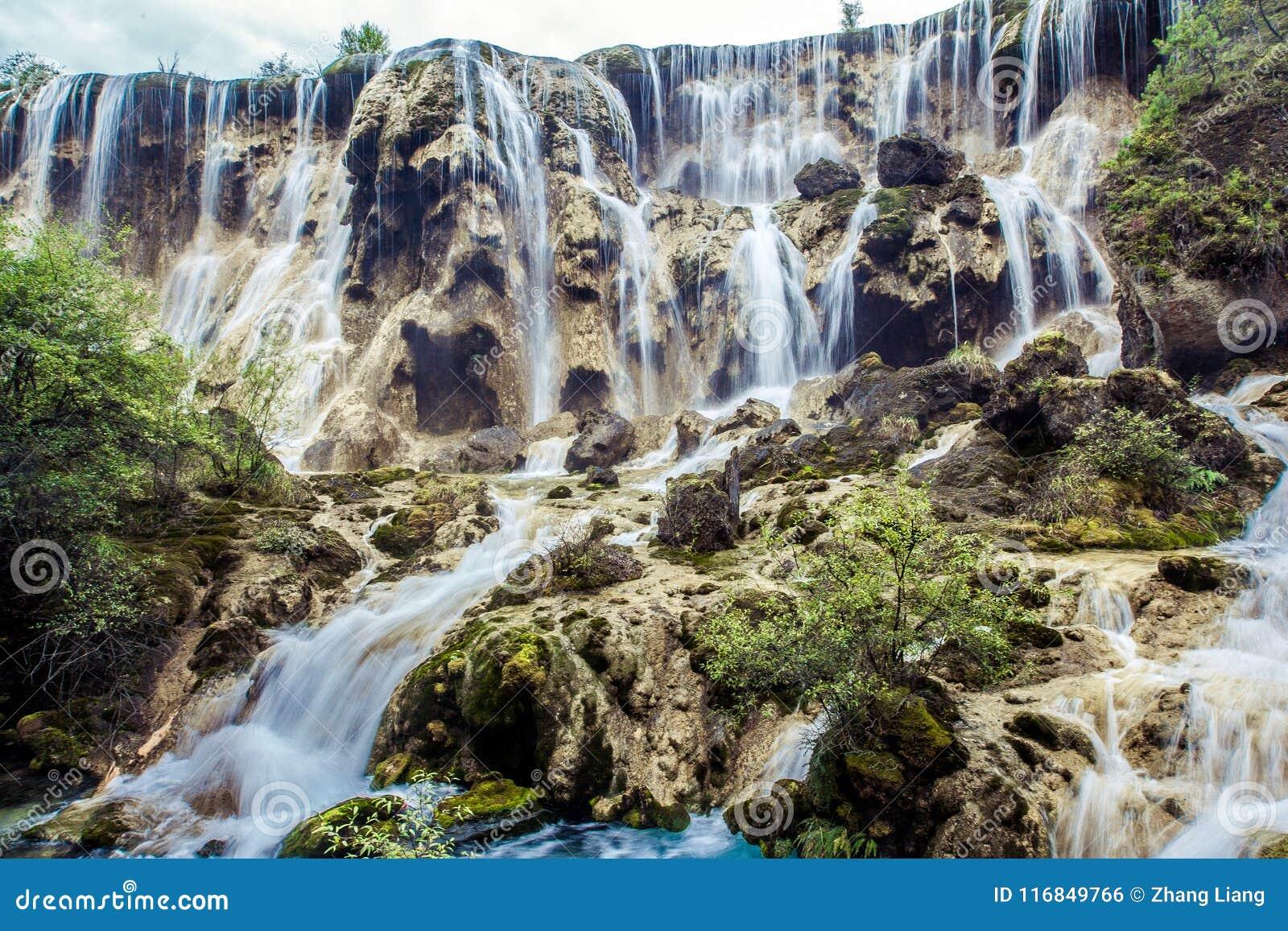 Водопады и деревья в Jiuzhaigou Valley, Сычуань, Китае