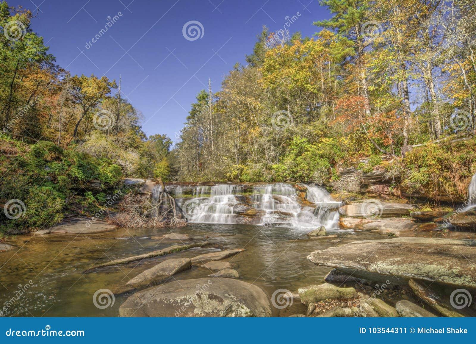 Водопад в лесе осени