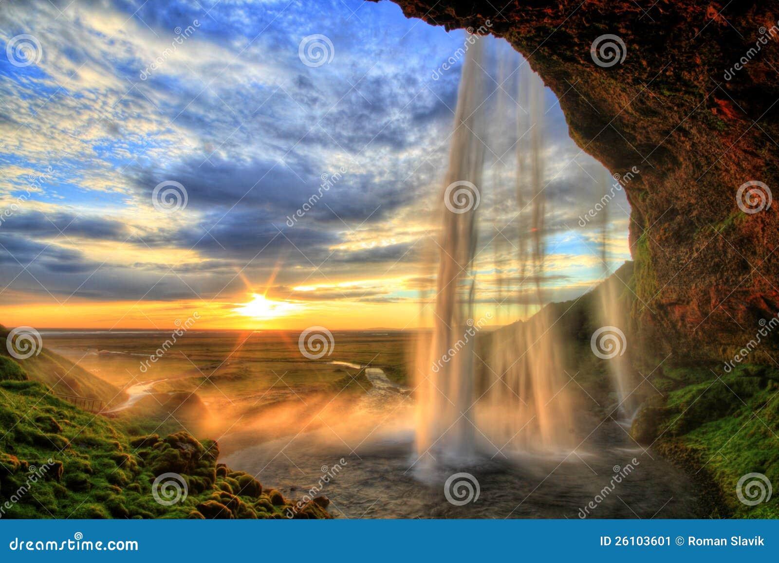Водопад на заходе солнца в HDR, Исландия Seljalandfoss