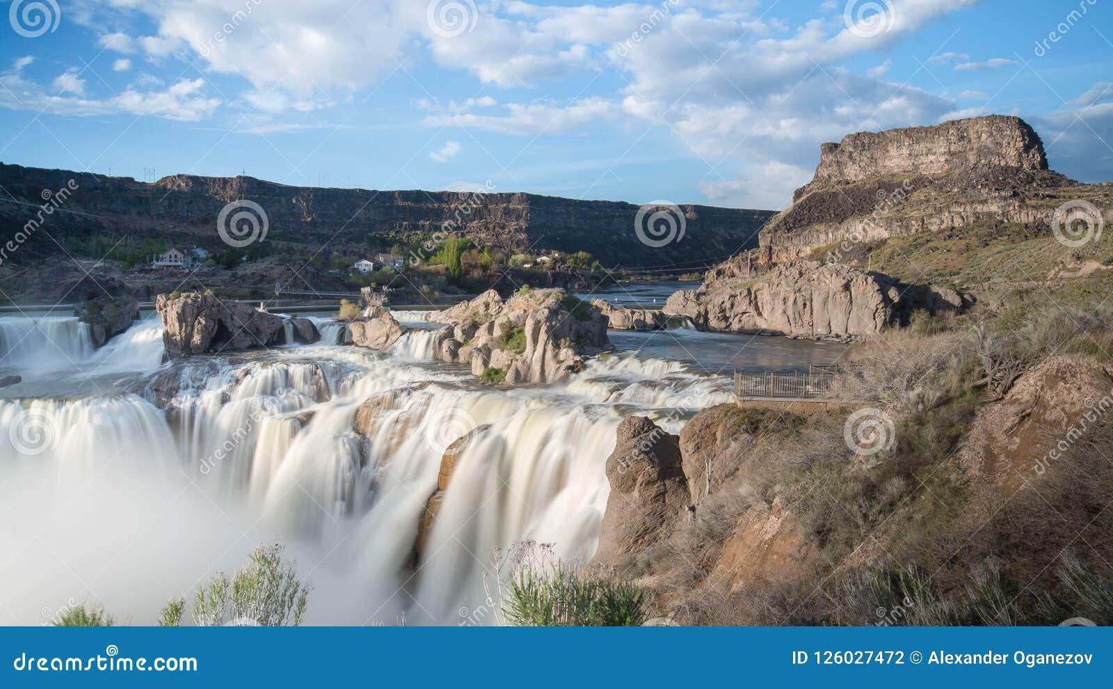 Водопад Шошон на солнечный день