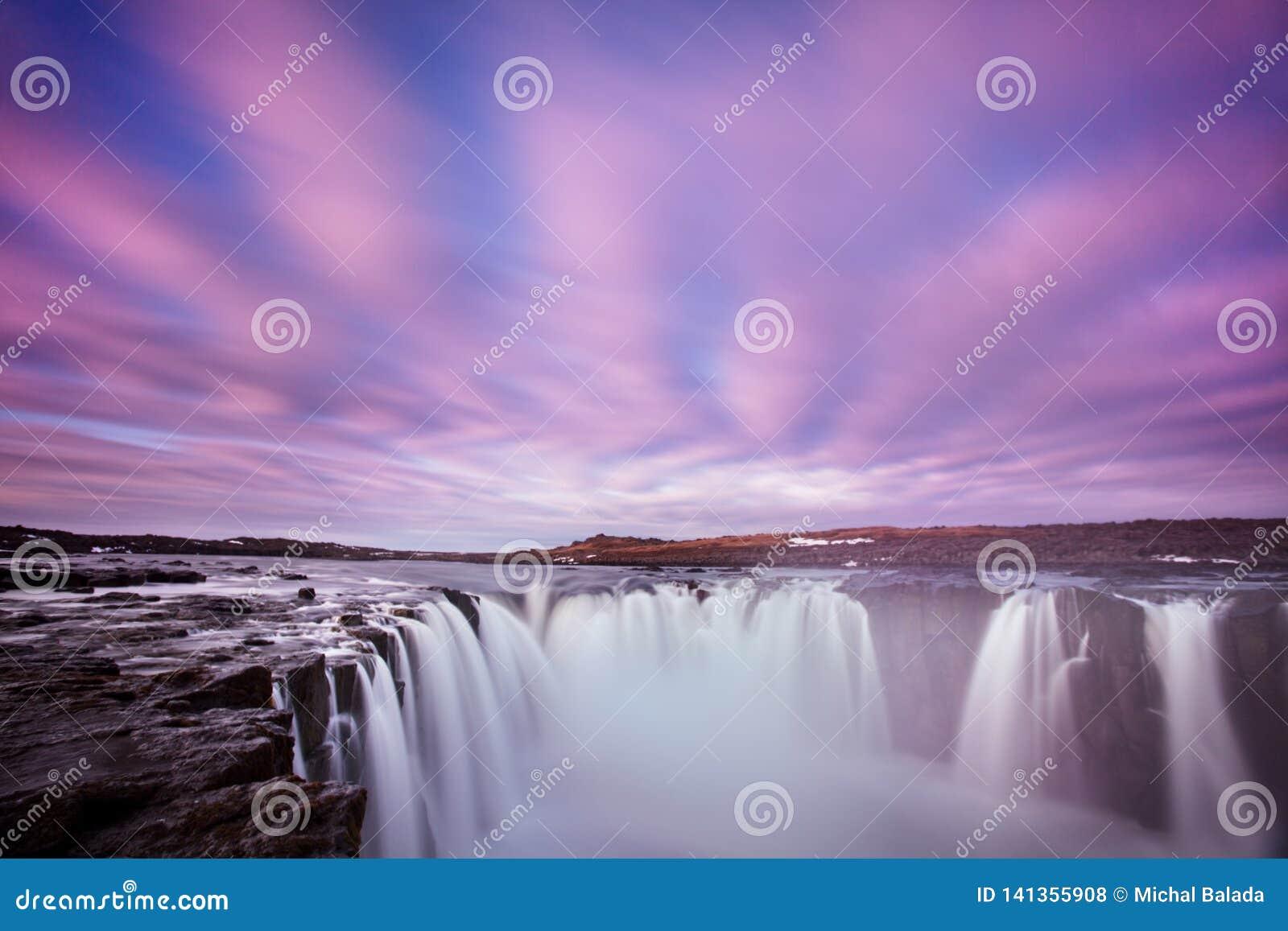 Водопад Dettifoss Исландии в ландшафте природы Исландии Известные достопримечательности и назначение ориентиров в исландской прир