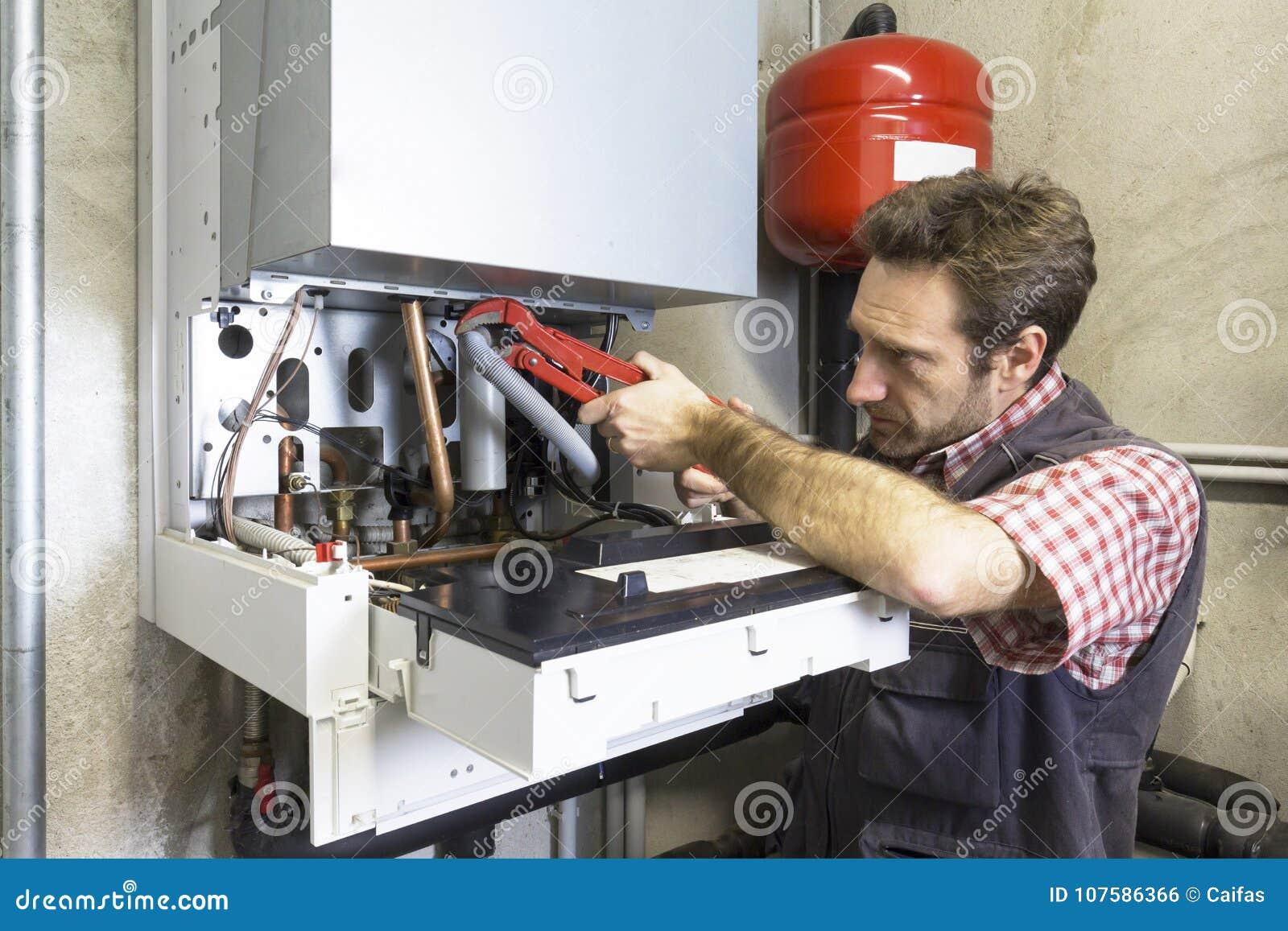 Водопроводчик ремонтируя конденсируя боилер