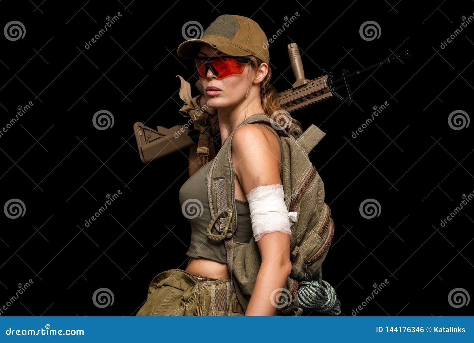Военная девушка с автоматом День обречений